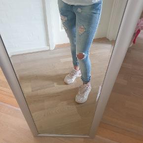 Fede jeans med huller. Str. 25