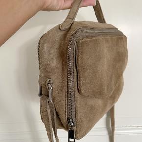 Super fin brun taske fra Daniel Silfen. Brugt højst 5 gange. Er blevet imprægneret én gang.