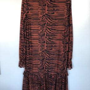Super fin kjole fra Noisy May.   Brugt én gang  Tiger/zebra print   Kjolen er af elastisk materiale og går til lige over knæene. Lynlås i nakken.   Nyprisen var 400kr.   Brugt én gang/som ny.