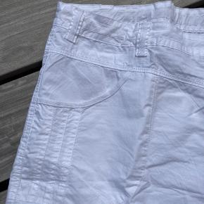 Flotte hvide shorts Livvidde 120 cm Mulighed for at spænde ind via elastik i linning God lårvidde Længde 58 cm