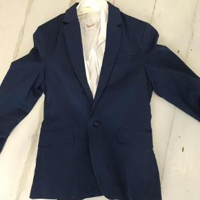 Varetype: Jakke Farve: Blå Prisen angivet er inklusiv forsendelse.  Habitjakke Skjorte følger med i str 146