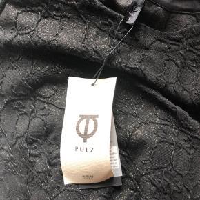 Smart bluse fra Pulz i sort med lidt guldglimmer.  Størrelsen er S men er mere en M.  Dejlig kvalitet og god facon.