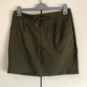 Sælges helt ny army grøn nederdel i str. L fra Vero Moda, den er med elastik og som kan snøre ind, og den har aldrig været brugt. Ny pris 180 kr. Byd