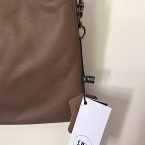 Taske fra RD RE: Designed by dixie Aldrig blevet brugt, to store rum med små rum indeni