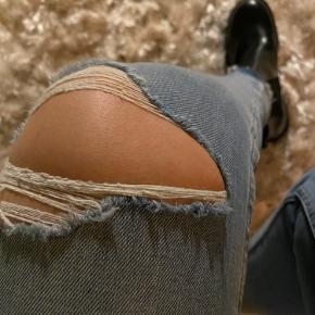 Lækre jeans med ribbed detaljer på knæet og fed afslutning i anklen. Str. 28/30. Slim fit med normal talje.