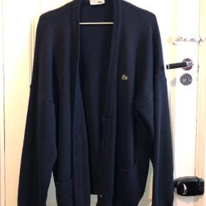 Dejlig Lacoste cardigan i mørkeblå fitter en på 180-190 cm.