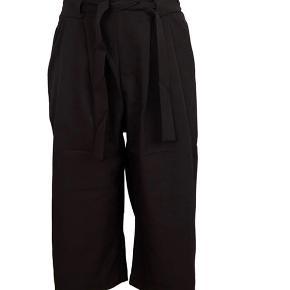 Sorte løse bukser fra Zara:).  Tjek mine andre annoncer ud!🧡 Køber betaler fragt:)