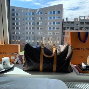 Louis Vuitton keepall 50.  Tasken er i super fin stand, med honning patina. Dog lidt pletter (se billeder i kommentaren)  Der medfølger ingenting til tasken.    Kan afhentes på Amager eller sendes.