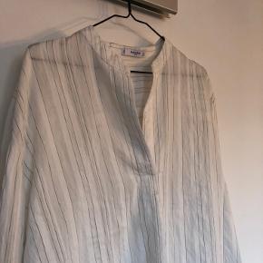 Lækker, luftig skjorte fra mango🧚🏼♀️🤍  Kom gerne med bud eller tag et kig på mine andre annoncer🙋🏼♀️