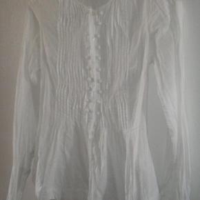Virkelig flot skjorte i lækker, kridhvid bomund fra Day. Som ny. Nypris 800 kr.  Bud fra 150 kr. Bytter aldrig.  KH ML :-)
