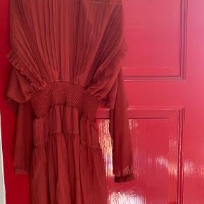 Flot, mørkerød kjole fra Designers Remix. Næsten aldrig brugt. Str. 34.