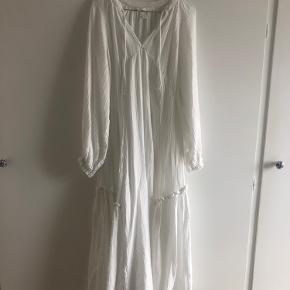 Smuk lang hvid kjole. Brugt 1-2 gange