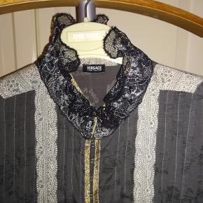 Unik ægte Versace Brugt 1 gang Brystmål ca 53 cm x 2 Ved køb af flere ting RABAT!