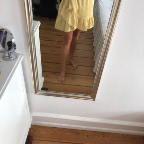 Sød gul nederdel med hvide prikker fra Neo Noir. Godt med elastik i, så større end small kan også passe den. Str. Small. Brugt meget få gange. 200kr