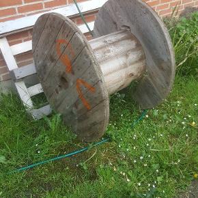Har denne kabeltromle i overskud, står som på billedet. Kan evt. Slibes, lakeres og bruges som bord på terrasse el. Lign. Giv et bud. Køber henter selv.