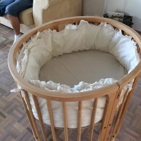 Stokke seng sat sammen til mini-udgave i træ.  Der er en hjemmelavet bundplade i. Fra ikke-ryger hjem. Gratis følger en madras med (revnet) og fin sengerand.