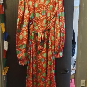 Smuk 40'er inspireret kjole i det skønneste måneprint. Kjolen har bindebånd under brystet og er i empiresnit!
