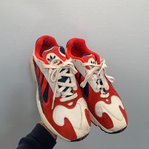 Adidas sko str. 44. De er blevet brugt og har lidt snavs, men er stadig i god stand.
