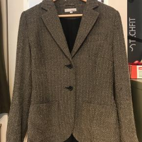 Very nice blazer Perfect for work or a night out Unfortunately it is too tight for me I really like it cause it also has an internal pocket