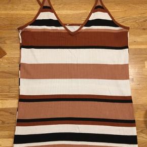 Sød sommertop. Jeg mindes at jeg købte den i h&m men jeg er ikke sikker. Har nogle flotte brune farver:)