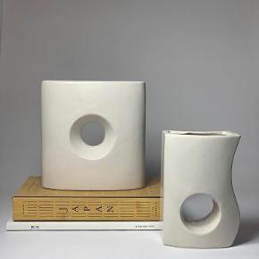 |FOR SALE| Vi har fundet disse elegante skulpturelle vaser som kan bruges alene, til blomster eller lys 🤍🤍Den store kan blive din for 120kr den lille kan komme hjem og stå hos dig for 65kr ✨  Følg med på Instagram : limite_cph