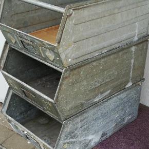 3 stk. Gamle galvaniserede kasser fra gammelt værksted sælges. Har været brugt til grøntsager. Men kan bruges til  f.eks. Ugeblade. Tøj osv  Pris pr. Stk. 200 kr.