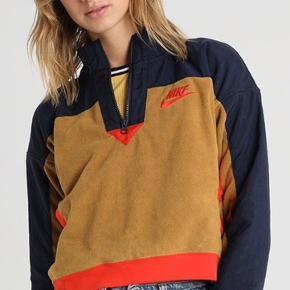 Sælger den her mega cool fleece fra Nike, købt på zalando  Sælger den da jeg ikke får den brugt
