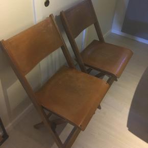 4 stk gamle træ klapstole. Rigtig fine retro stole sælges. Har en del patina og kunne måske godt bruge en gang lak.  Byd gerne da jeg ikke helt ved hvad de er værd 🤗
