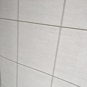 Rullegardin i perfekt stand.  1 stk -  Hvid med tern.  Kædetræk med beslag. 1 stk - 100cm bredde - 170cm længde.  Mærke Jysk Cheryl Jacq Natur/Hvid Nypris 300kr.  100kr eller BYD.  BYD BYD BYD ☀️