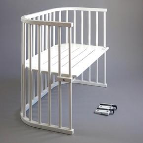 Sælger denne populære Babybay bedside crib i model Maxi i hvid.  Vi og vores datter har været så glade for den, da man let kan amme og trøste barnet om natten, og samtidig sove sikkert i tæt kontakt.  Inkl original madras, figursyet lagen og sengerand.  Oplysninger om Babybay: TÜV / GS-testet og opfylder DIN EN 1130-1  Rundede hjørner Værktøjsfri - ingen værktøjer nødvendigt Fastgøres let til din seng Beslag medfølger Maling er vandbaseret og testet for skadelige kemikalier Ligge området har luftcirkulationsspalter Bruges fra fødslen til ca. 14 måneder Bøgetræ er naturligt antibakterielt Trinløs justerbar bundhøjde, der passer til forældresenge højder ca. 12-52 cm Kan omdannes til en bænk, skrivebord eller barnestol Lavet af massivt bøgetræ fra europæiske skove Sørg for, at basen altid er i flugt på niveau med din seng  Mål og vægt: Udvendige mål: L 96 x D 54 x H 79cm Madras mål: ca. 90 x 50 cm Belastningsvægt: 150 kg Egen vægt: 14 kg  Har lidt brugsspor hvor malingen er skaldet lidt af, men fungerer upåklageligt og har reddet mange nætter!  Medfølger: Hvid sengerand i øko bomuld Hvidt faconsyet lagen  Original madras  Skal afhentes på Østerbro (på grænsen til Nørrebro) i stuen!  Samlet pris 1600  Søgeord: babybay, baby bay, maxi, bedside crib, sideseng, tremmeseng, sengerand, baby seng  Se også mine andre annoncer:)