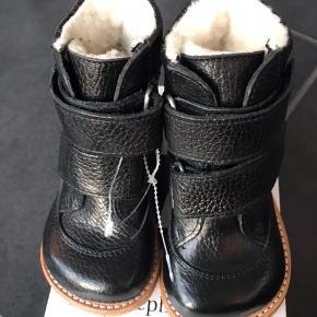NYE ANGULUS VINTERSTØVLER:  Klassisk og enkel TEX-støvle fra Angulus i flot sort læder. Støvlen har et varmt uldfoer og lukkes med to praktiske velcroremme. Sålen er den klassiske og solide Angulus rågummisål.  Pasformen er Angulus naturform, der egner sig godt til en normal til bred fod.  Model 2134 Måler 14,9 cm  NP 950,- MP: 570,- pp  GRATIS FRAGT VED KØB FRA 1000,-