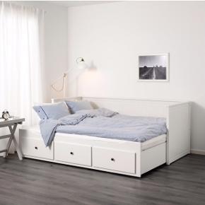 Jeg sælger denne seng/sovesofaen som kan blive til en dobbeltseng ved at trække sengebunden ud.  Derudover medfølger 2 madrasser, 80x200 cm, som passer til sengens mål.  Sengen måler følgende:  Længde: 209 cm Bredde: 89 cm Højde: 83 cm