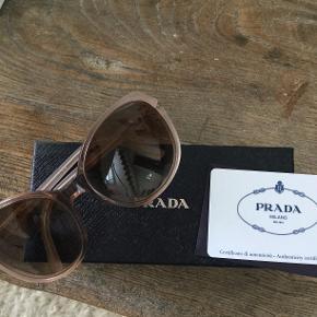 Svag rosa brille fra Prada. Ingen grimme ridser eller anden udtalt slitage. Så fine.