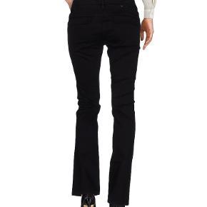 Oprindelig købspris: 700 kr. Lækre jeans/bukser fra Lerock. 98% bomuld, 2% elasthan. Str 29 og svarer til str. S. Brugt to gange, så er som nye. Købt på yoox.com.