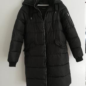 Dejlig varm jakke fra Vero Moda. Knapperne på lommerne skal man være forsigtige med ellers falder de af - deraf prisen