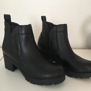 Bianco støvler sælges. Kun brugt to gange, nypris 600 kr.