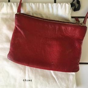 Varetype: Håndtaske Størrelse: 21 x 14 cm Farve: Rød Oprindelig købspris: 5800 kr. Prisen angivet er inklusiv forsendelse.  Céline Trio i rød. Sælges med dustbag.
