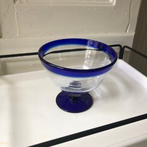 Vintage glas skål med blå detaljer.  Højde: 12 cm. Diameter: 13 cm.