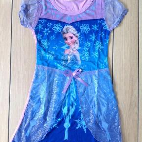Brand: Flot Frost glimmer kjole med Elsa se mål Varetype: Smuk Frost glimmer kjole med glimmer str. 4-5 år med Elsa (SE MÅL) Størrelse: 4-5 år Farve: Lilla blå turkis med glimmer Oprindelig købspris: 149 kr.  Sendes som forsikret pakke med DAO (0-1 kg)   Smuk Frost glimmer kjole med prinsesse Elsa med glimmer  Blød og let i kvaliteten. Perfekt til sommer❤️  Str: XL (har vurderet den til at passe ca 4-5 år) Længde: ca 65 cm (målt fra nakken og ned)