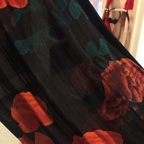 Obs. Sælger nederdel og bluse i samme fine print.   Bukserne har inderstof som shorts - ellers er de 'gennemsigtige'