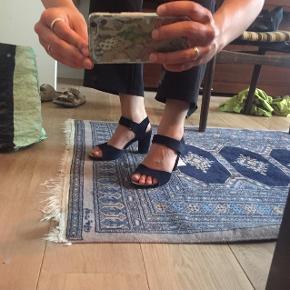 Rigtigt fine hæle i mørkeblå velour fra Bilibi !  Brugt nogle få gange. :)   De er enormt behagelige at gå i.