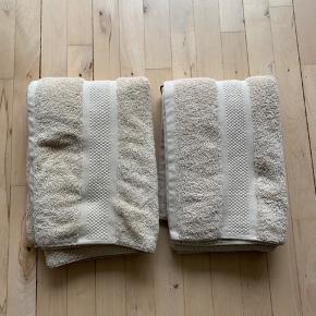 Aldrig brugt, vasket én gang.  2 x størrelse 70 x 140 cm håndklæder i bomuldsfrotté  Samlet pris: 150kr.
