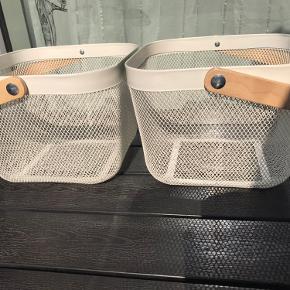2 STK HVIDE IKEA RISATORP  KURVE.  Perfekt til opbevaring af frugt og grøntsager der holder sig bedre uden for køleskabet. Trådnettet er ventilerende, så maden holder i længere tid. Også praktisk til ekstra opbevaring i entréen, soveværelset eller på hjemmekontoret. Meget velholdte. Fri levering i København og på Frederiksberg.