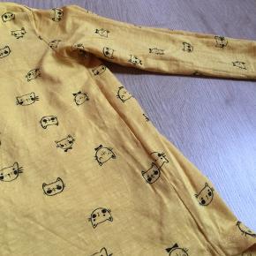 Bukser og bluse brugt få gange  Bukser har fået nogle sorte striber, tror vanish kan fjerne dem. Er ikke forsøgt. Det er ikke olie