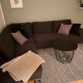 Mørkgrå chaiselong sofa Små 3 år gammel  Lang side: 270 cm Kort side: 214 cm Højde: 81 cm  https://www.biva.dk/dagligstue/sofaer/chaiselong-sofaer/scandinavia-hjornesofa-venstrevendt-antracit-etna-96