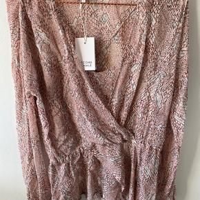 Smukkeste bluse. Aldrig brugt, fik den desværre ikke byttet inden dk lukkede😕