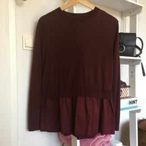 Bordeaux rød trøje fra COS. Brugt få gange. Kan passes af en str M eller L  100 % uld øverst. 57% uld, 32% bomuld og 11% silke nederst   Se gerne mine andre annoncer af tøj og sko 💕