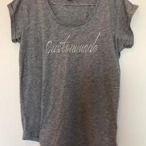 Varetype: T-shirt Størrelse: XS/S Farve: Grå Prisen angivet er inklusiv forsendelse.