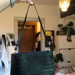 Brugt i få timer. Har desværre ikke rigtig fået den brugt, men den er for fin til bare at ligge, derfor sælges den 💘 Ægte lækkert læder og to rum Remmen kan justeres!