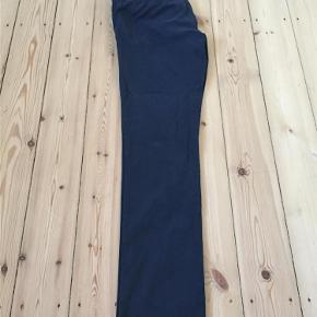 Varetype: Slim fit chinos Størrelse: 34 Farve: Mørkeblå Oprindelig købspris: 1300 kr.